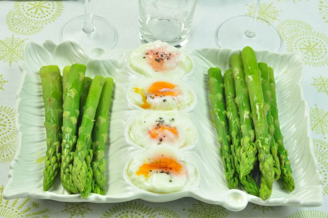 Green_aspergues_with_poached_eggs