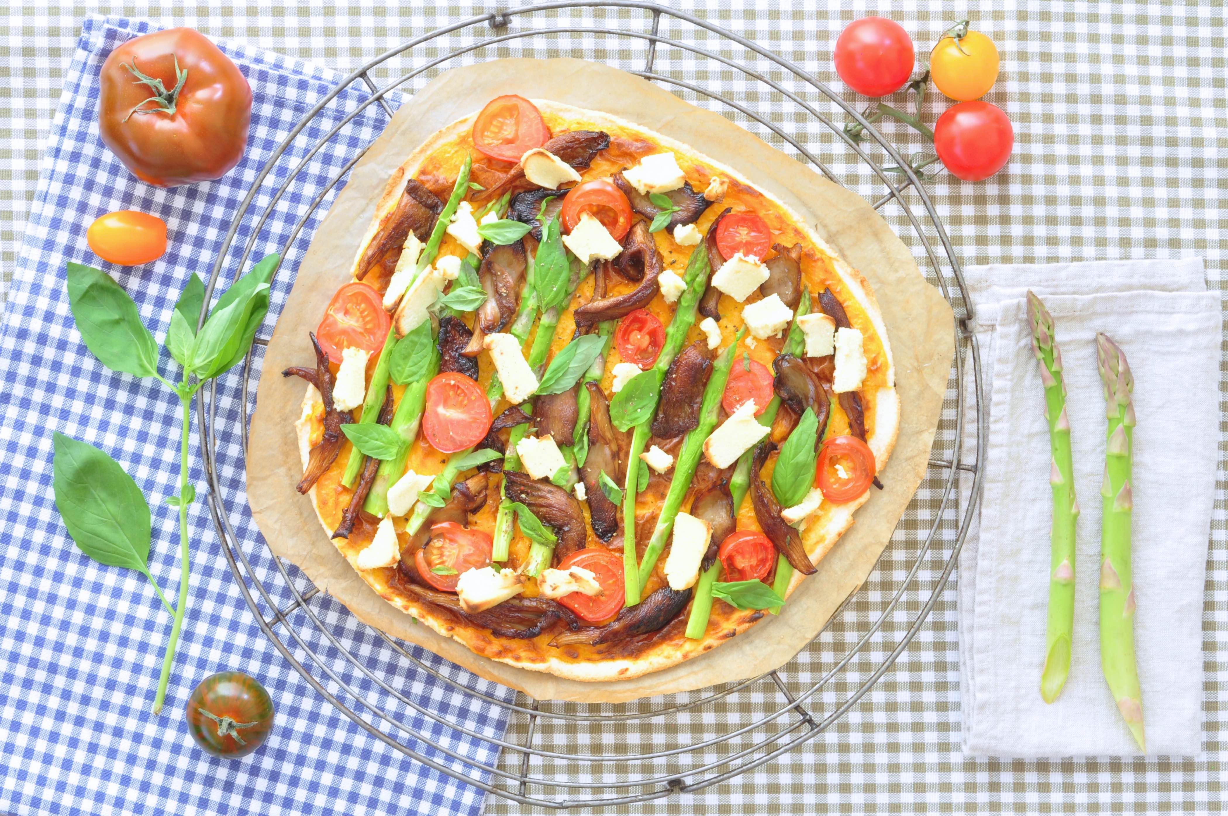 Cassavapizza_med_ostsås_och_grönsaker